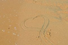 Sur le sable chez la Mer Noire, est un symbole du coeur Photographie stock libre de droits