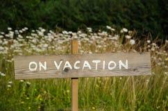 Sur le signe en bois de vacances Photographie stock