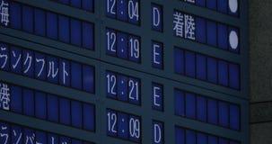 Sur le tableau indicateur électronique à Séoul, la Corée du Sud à l'aéroport montrant des heures de départ clips vidéos