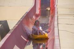 Sur le toboggan en bas d'une glissière d'eau raide Photos libres de droits