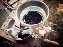 Sur le vieux marché ayez le café mobile, il est sur la voiture, je voient la vieille broyeur de café étonnante, Thaïlande Photo stock