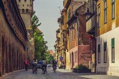Sur le vélo dans la ville de Sibiu, la Roumanie Photos stock