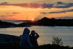 Sur le wacth pour un coucher du soleil d'archipel photo libre de droits
