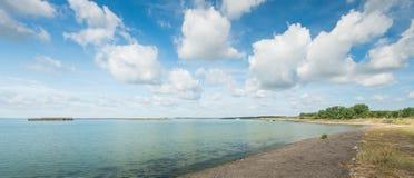 Sur les banques d'un estuaire néerlandais dans l'été photographie stock libre de droits