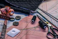 Sur les ciseaux de mensonge de table de coupe, modèle, fil, craie, fabri Images libres de droits