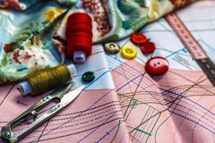 Sur les ciseaux de mensonge de table de coupe, modèle, fil, craie, fabri Photo stock