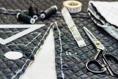 Sur les ciseaux de mensonge de table de coupe, modèle, fil, craie, fabri Photos stock