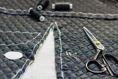 Sur les ciseaux de mensonge de table de coupe, modèle, fil, craie, fabri Image libre de droits
