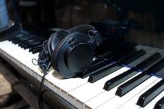 Sur les clés de piano Photographie stock