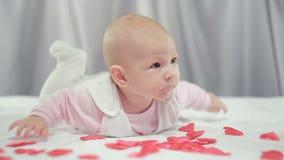 Sur les coeurs de rouge de chute de bébé banque de vidéos