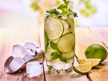 Sur les conseils en bois est de verre avec de la glace de mohito et de scoop Photo stock