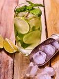 Sur les conseils en bois est de verre avec de la glace de mohito et de scoop Image stock
