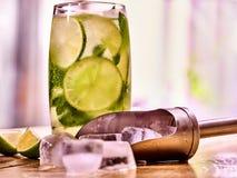 Sur les conseils en bois est de verre avec de la glace de mohito et de scoop Photographie stock