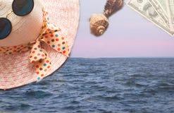 Sur les fonds d'image de mer des choses pour le voyage : le Panama, verres, coquilles, ruban photo stock