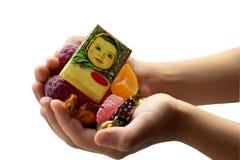 Sur les paumes des filles sont les bonbons irritables photographie stock libre de droits