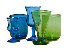Sur les plats blancs bleus et les verres verts photographie stock