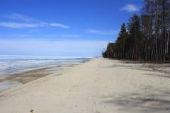 Sur les rivages du lac Baïkal pendant le mois de pouvez Image libre de droits