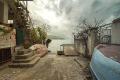Sur les rues pavées en cailloutis avec les bateaux inversés, qui mène à Desire Bridge près du lac Ohrid Contre un ciel orageux photos stock