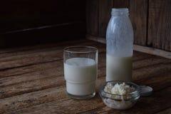 Sur-mejeri drink eller yoghurt i flaska som kommer från kefirkornen och mjölkar på träbakgrund Fotograferat med naturlig lig royaltyfri bild