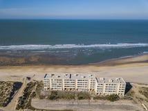 Sur Mer, Francia di Soulac - 20 ottobre 2018: Sviluppo del segnale sulle dune fotografie stock