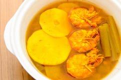 Sur och kryddig räkacurry med bambuforsen och lotusblommastammen Arkivbild