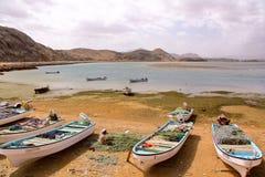 SUR, OMAN - 6. FEBRUAR 2012: Ein Fischer, der an seinem Fischernetz auf dem Strand in Ayjah arbeitet Lizenzfreie Stockfotos