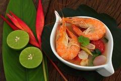 Sur räkasoppa är thailändsk mat Royaltyfri Fotografi