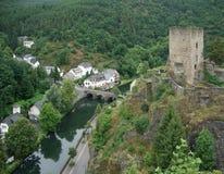 Sur Sûre di Esch con rovina del castello Immagini Stock Libere da Diritti