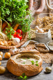 Sur soppa med korven och ägg tjänade som i bröd Arkivbild