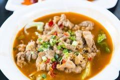 Sur soppa med nötkött arkivbilder