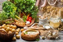 Sur soppa med vaktelägget och nya grönsaker Arkivfoton
