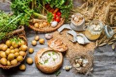 Sur soppa med vaktelägget och nya grönsaker Royaltyfria Foton