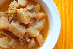 Sur soup som göras av tamarindfruktdeg fotografering för bildbyråer