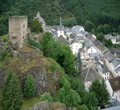 Sur Sûre di Esch con rovina del castello Immagine Stock Libera da Diritti