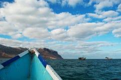 Sur un bateau à la plage de Shauab, montagnes, sables, le Cap-Occidental, île de Socotra, Yémen Image stock