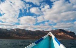Sur un bateau à la plage de Shauab, montagnes, sables, le Cap-Occidental, île de Socotra, Yémen Photos stock