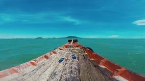 Sur un bateau de pêche vers l'île, le Cambodge de lapin voyant les poissons de mouche et la belle eau de turquoise banque de vidéos