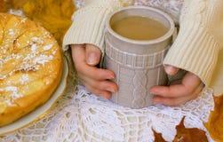 sur un café chaud chaud de jour froid Images libres de droits