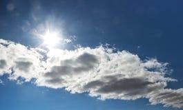 Sur un ciel bleu opacifie sur les faisceaux lumineux d'un éclat du soleil horizontal diagonal photos stock