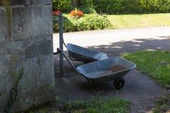 sur un cimetière en Allemagne du sud vous voyez la brouette, boîtes, seau image stock