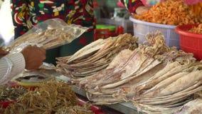 Sur un compteur sur le marché un grand nombre de poisson chishchiny sec se trouve Le marché au sujet du Vietnam clips vidéos