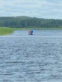 Sur un couple gonflable de pêche de bateau Images libres de droits