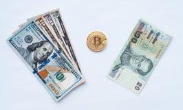 Sur un fond blanc, échange de baht thaïlandais pour dollars US sur un bitcoin de pièce de monnaie en métal en monnaie fiduciaire  Photo stock