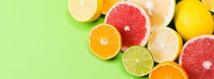 Sur un fond vert, se trouvent ensemble le fruit coupé en tranches du pamplemousse photo stock