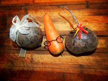 Sur un hachoir en bois les carottes sont un garçon et betterave de deux filles Photographie stock libre de droits