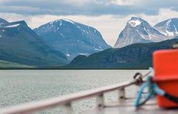 Sur un lac en Suède du nord images stock