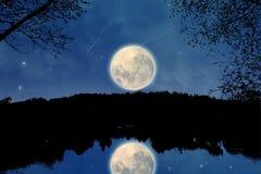 Sur un lac la nuit Image libre de droits