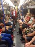 Sur un train de tube sur Londres au fond Image stock