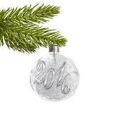 2016 sur une boule argentée de Noël pendant d'une branche d'isolement sur le blanc Image libre de droits