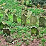Sur une colline dans la République Tchèque un vieux cimetière juif images libres de droits